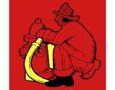 Bombero en la boca de incendios