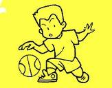 Niño botando la pelota