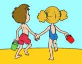 Niña y niño en la playa
