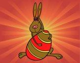 Conejo abrazando un huevo