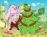 Conejo decorando el árbol de navidad
