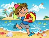 Niño jugando con balón de playa