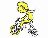 Chico en triciclo