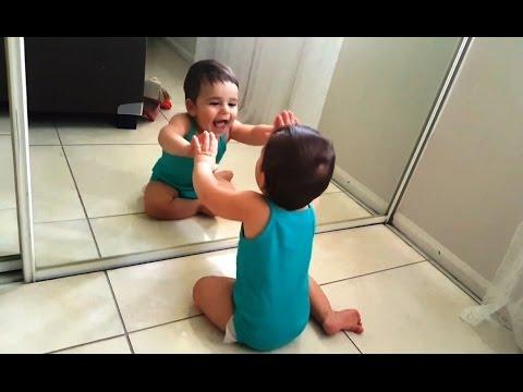 V deo de beb s descubriendo espejos for Espejo reposacabezas bebe